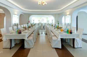 Restauracja - widok na salę bankietową przygotowaną na przyjęcie gości weselnych