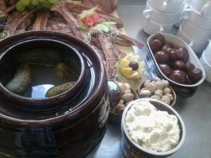 Restauracja - ogórki małosolne w glinianym dzbanie, marynowane pieczarki, wędzone żeberka