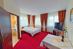 Przestronny pokój hotelowy z łożem małżeńskim.